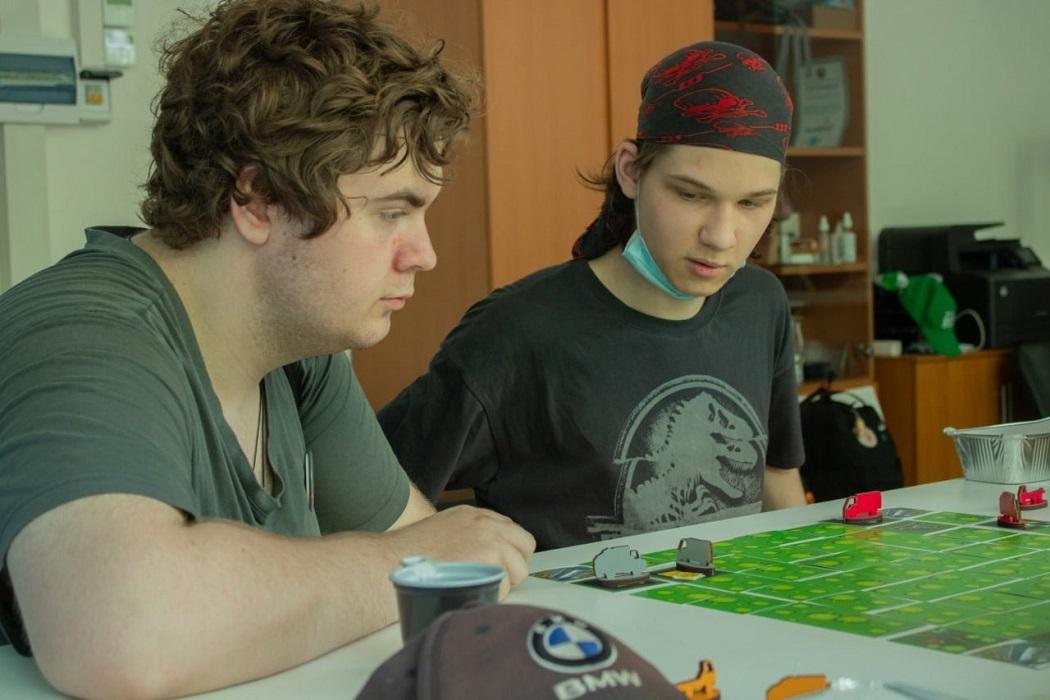 Участники игры пытаются просчитать ходы своих соперников